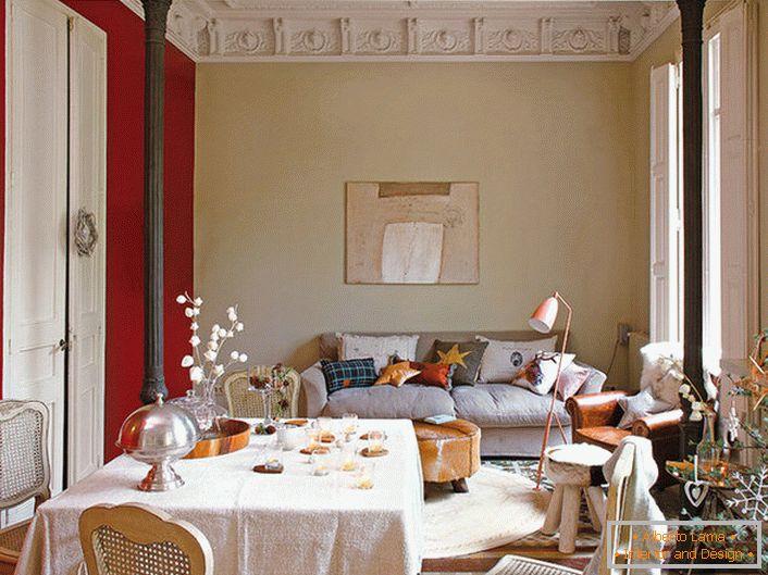 Salon élégant Dans Le Style éclectique Décoré De Jolis Oreillers. Pour La  Décoration De La