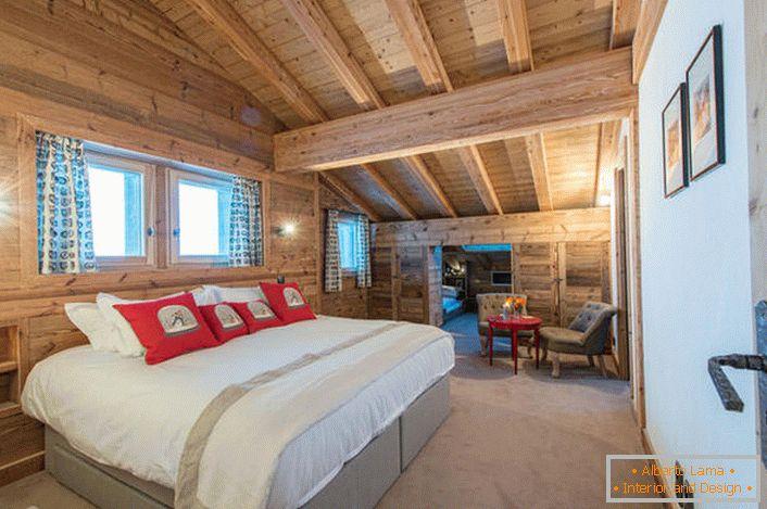 Une Chambre Spacieuse Au Deuxième étage Du0027une Maison De Campagne Du0027une  Maison En Bois Rond.